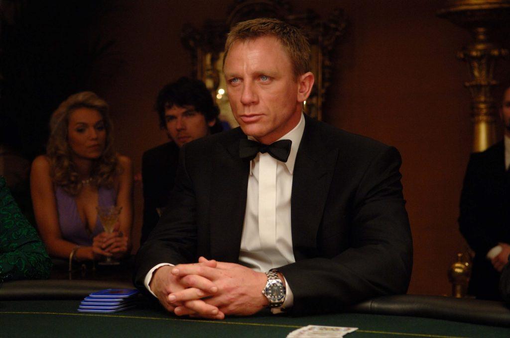 Ceyms Bond qolunda Omega saatı ilə